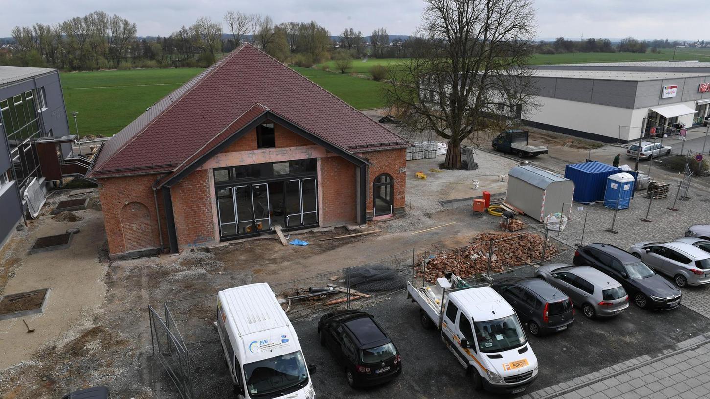 Ein Blick vom Dach der Fortuna Kulturfabrik: Der Stahl in der Fassade des ehemaligen Heizhauses ist eingebaut, dahinter führen neue Treppen hinab in die Aischaue. Rechts davon entsteht ein Biergarten. Foto: Peter Roggenthin
