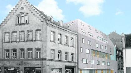 Betont kontrastreich soll sich der Neubau in die historische Umgebung der Ludwig-Erhard-Straße einfügen. Nach dem Abbruch zweier Gebäude, die nicht unter Denkmalschutz standen, ist Platz für die neue Lebenshilfe-Zentrale entstanden. Der Bau wird jetzt in Angriff genommen und soll Ende nächsten Jahres fertig sein.Fotomontage: Dürschinger, Foto: Günter B. Kögler