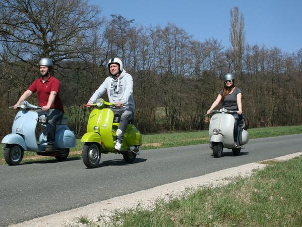 Wenn am Wochenende das Wetter passt, schwingt sich Matthias Franz (links) bevorzugt mit Freunden auf die Vespa und dreht eine Tour über fränkische Nebenstraßen.