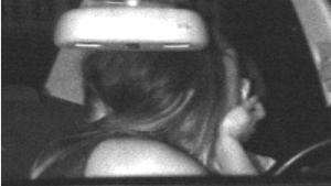 Ein Fahrer und seine Beifahrerin küssen sich während der Fahrt im Auto - und werden dabei in Dortmund von einem Blitzer fotografiert. Den Fahrer bekam wegen zu hoher Geschwindigkeit ein Bußgeld und einen Punkt in Flensburg - die Beifahrerin bleibt laut Polizei unbehelligt.