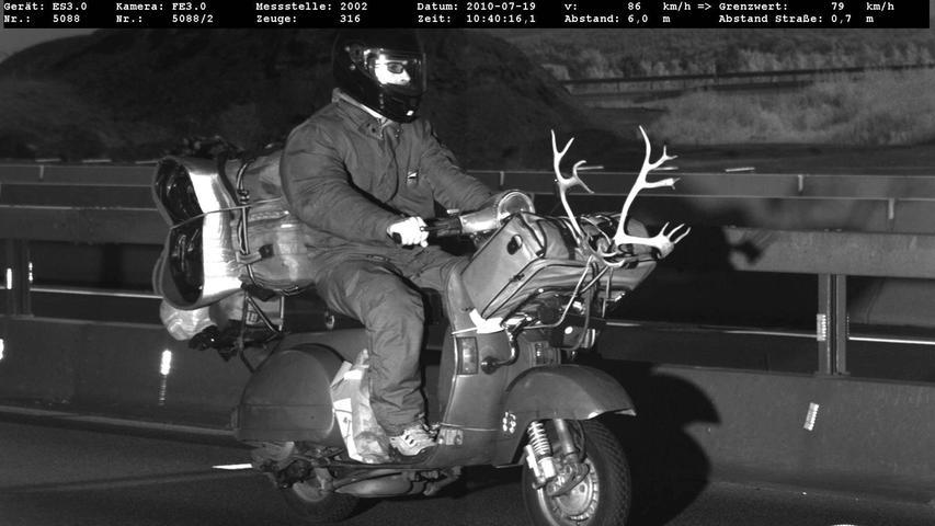 Der Mann ist mit seinem Geweih am Gepäckträger in Göttingen auf der A7 in eine Radafalle geraten. Das Pikante daran: Als die Polizisten den Mann überprüften, outete er sich als Kollege. Er sei von Beruf Polizist und mache in Italien auch Tempomessungen -