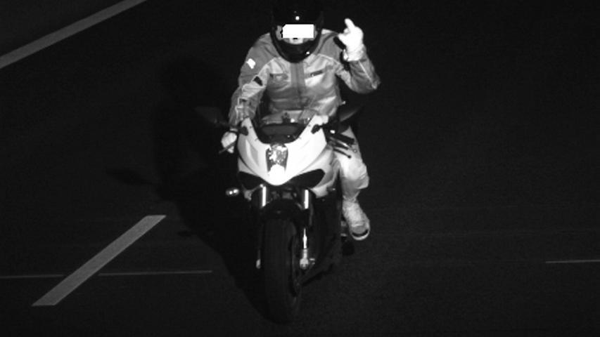 Ein 17-jähriger Motorradfahrer hatte wohl ein schnelles Reaktionsvermögen: Auf seiner Fahrt in München hielt er seinem ausgestreckten Mittelfinger in den Blitzer. Der Jugendliche war binnen weniger Wochen 26 Mal auf seinem Leichtkraftrad geblitzt worden - teils mit dem ausgestreckten Mittelfinger. Das Motorrad war außerdem getunt. Nur so konnte er überhaupt mehr als 100 Stundenkilometer schnell fahren. Die Tempoverstöße im Münchner Richard-Strauss-Tunnel wurden für den geständigen Jugendlichen teuer: Für jedes der 26 Fotos, bei denen der Biker mehr als 31 Stundenkilometer zu schnell war, waren 160 Euro Bußgeld, drei Punkte in Flensburg sowie ein Monat Fahrverbot fällig.