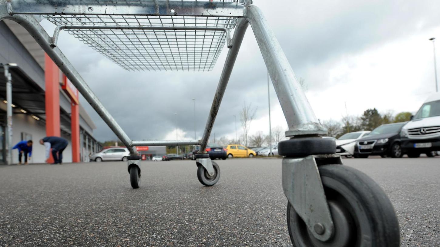 """Eingeschossige Einkaufszentren am Stadtrand mit großen Parkflächen betrachten Kritiker als """"maximale Flächenversiegelung""""."""