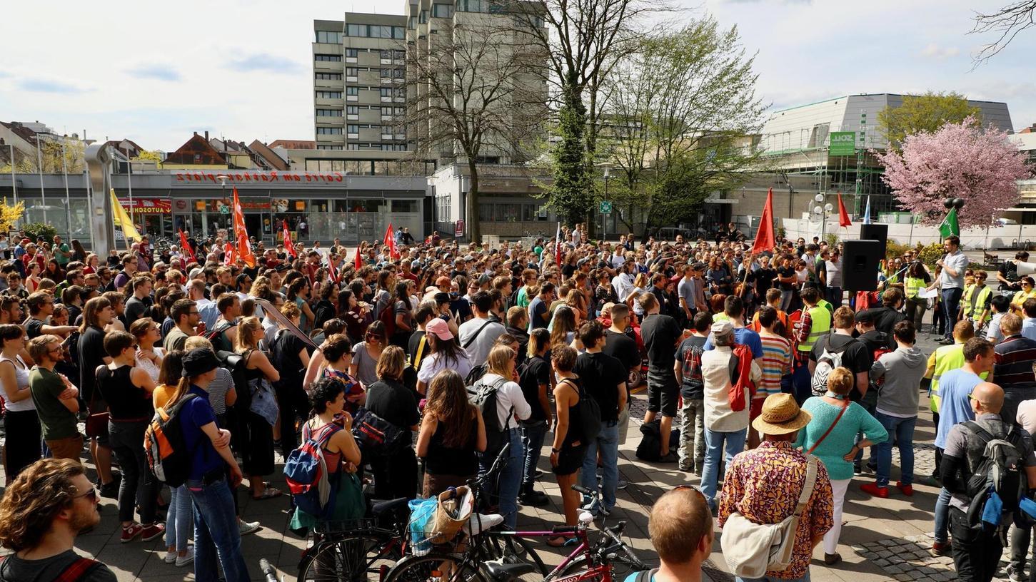 Die Kundgebung, zu der ein studentisches Aktionsbündnis gemeinsam mit zahlreichen Parteien aufgerufen hatte, stieß in Erlangen auf große Resonanz.