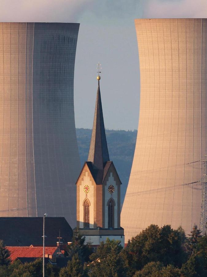 Seit dem 28. Juni 2015 sind Grafenrheinfelds Kühltürme außer Betrieb, abgerissen werden sie aber noch lange nicht.