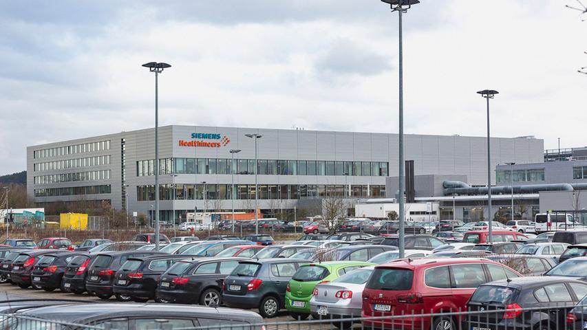 Unangefochtene Nummer Eins ist Siemens Healthineers mit aktuell 3220 Beschäftigten - der bei Weitem größte Arbeitgeber in Forchheim. Seit 1990 werden hier Angiographie-Systeme zur bildgestützten Therapie von Gefäß- und Herzerkrankungen sowie zur Bildgebung bei chirurgischen Eingriffen hergestellt.