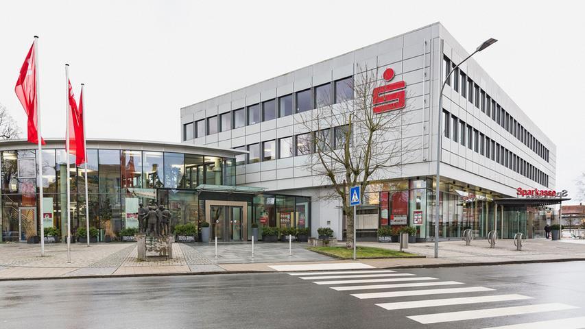 Die Sparkasse Forchheim beschäftigt derzeit 440 Mitarbeiter und unterhält rund 33 Filialen beziehungsweise SB-Standorte.