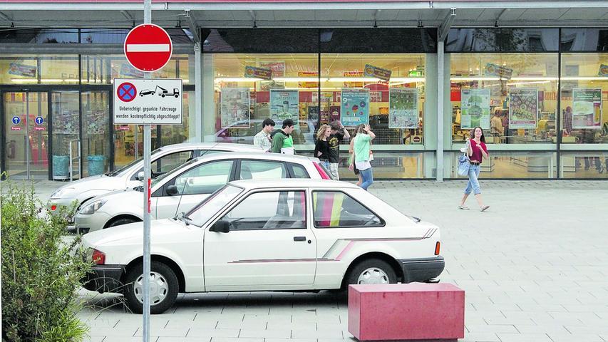 Zwei überkreuzte rote Balken, das verheißt für parkplatzsuchende nichts Gutes. Verkehrszeichen 283 bedeutet nichts anderes als absolutes Haltverbot (nach StVO ohne