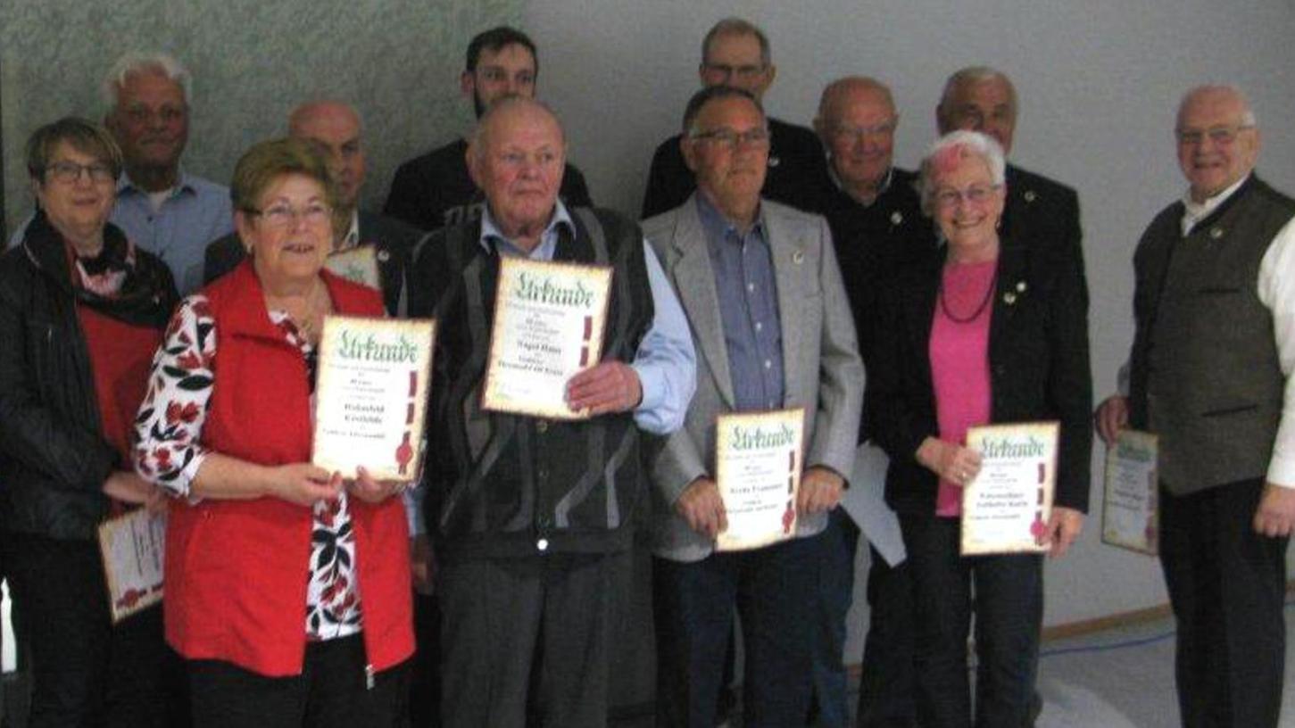 Für langjährige Treue zum Verein ehrte der ASV Niederndorf zahlreiche Mitglieder. Der komplette Vorstand wurde bei den Neuwahlen im Amt bestätigt.