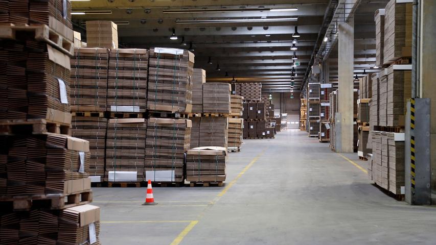 Über 230 Mitarbeiter der Wellpappe Forchheim produzieren mehr als 120 Millionen Quadratmeter Wellpappe im Jahr und verarbeiten diese zu Faltschachteln, Stanzverpackungen und Displays weiter.