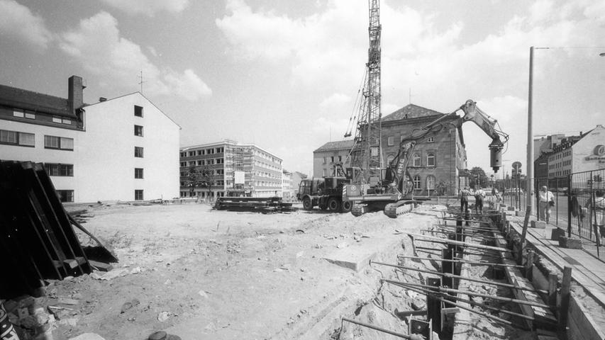 Bei den Nürnberger Nachrichten arbeiten immer mehr Menschen - der Platz reicht nicht mehr aus. Ab 1976 wird das Redaktionsgebäude an der Marienstraße gebaut.