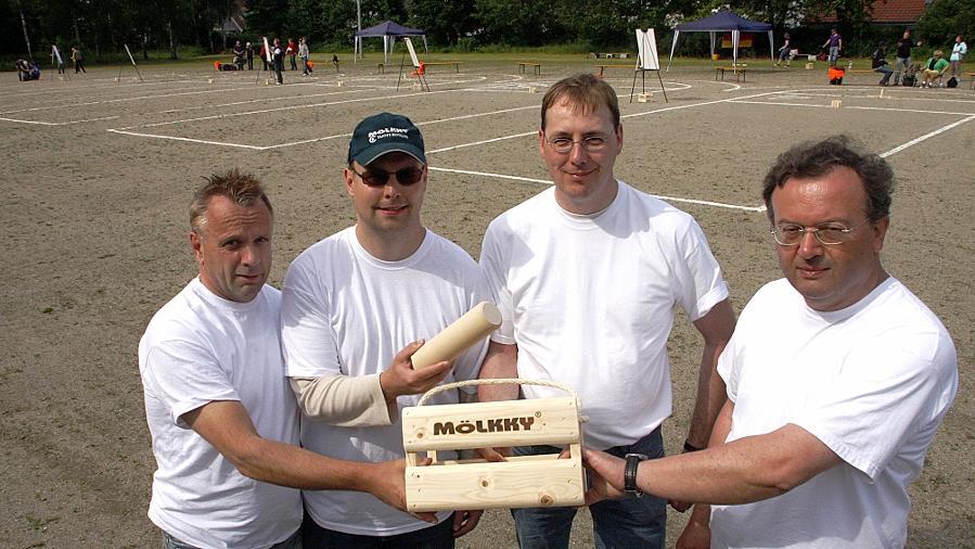 """Das Nürnberger Team """"Die Holzfäller"""" mit Peter Lenz, Michael Enzi, Detlev Steinmann und Werner Kassner landete bei der Mölkky-Meisterschaft zwar nicht ganz vorn, hatte aber ebenso Spaß mit den finnischen Wurfhölzern."""
