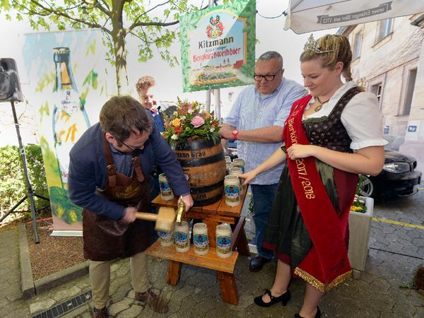2018 war die letzte Bierprobe von Kitzmann: Brauereichef Peter Kitzmann hatte in die Kitzmann Bräuschänke zur Vorstellung des Kirchweihbiers für die Bergkirchweih 2018 eingeladen. OB Florian Janik stach das Fass an, Peter Kitzmann und Bierkönigin Theresa sahen zu