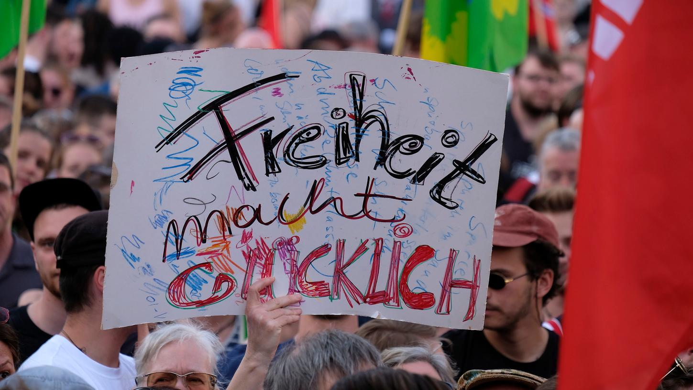 In Nürnberg protestieren am Freitagabend 4500 Menschen gegen das Polizeiaufgabengesetz.