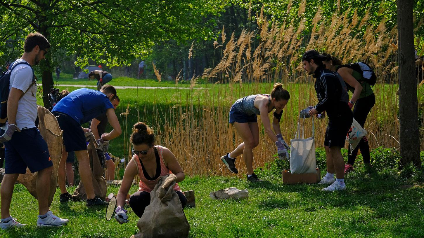 Sport treiben und gleichzeitig noch was für die Umwelt tun: Am Sonntag haben rund 50 Menschen die Pegnitzwiesen in Nürnberg von Müll befreit.
