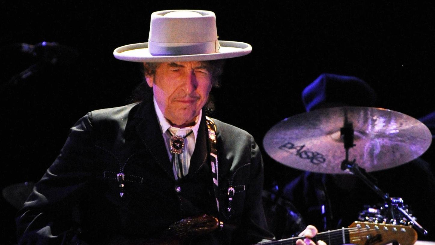 Krankheitsbedingt kann er inzwischen nicht mehr Gitarre spielen: Bob Dylan ist recht eigensinnig, was seine Konzerte angeht. In der Frankenhalle überraschte er aber nun sogar seine Kritiker.