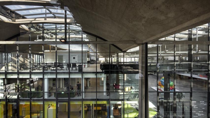 STATION F..Halle Freyssinet, 55 boulevard Vincent Auriol ? Paris 13eme.STATION F est le plus grand campusde start-up au monde..Le projet est une initiative de Xavier Niel..20/09/2017..WILMOTTE & ASSOCIES ARCHITECTES...FOTO: ©Patrick TOURNEBOEUF/TENDANCE FLOUE.überm. 4/2018 v. info@sesselmann-architektin.de....La halle Freyssinet est un batiment ferroviaire mise en service en 1929 qui a abrite jusqu'en 2006 les messageries de la gare d'Austerlitz. Elle tient son nom dÕEugene Freyssinet, lÕingenieur qui lÕa conue. Des sa realisation, le batiment a ete le sujet d'articles dans la presse specialisee montrant sa grande qualite technique et architecturale dans sa reponse au programme de la Compagnie. Le 23 fevrier 2012, la halle Freyssinet a ete inscrite au titre des monuments historiques dans son integralite, ? l'exclusion des batiments de bureaux situes au nord-ouest. Xavier Niel, le fondateur de Free, devient l' acqueur de la halle pour realiser un mega incubateur destine a accueillir 1000 start-ups...Son entree est situee au 55 boulevard Vincent-Auriol, dans le 13e arrondissement de Paris.