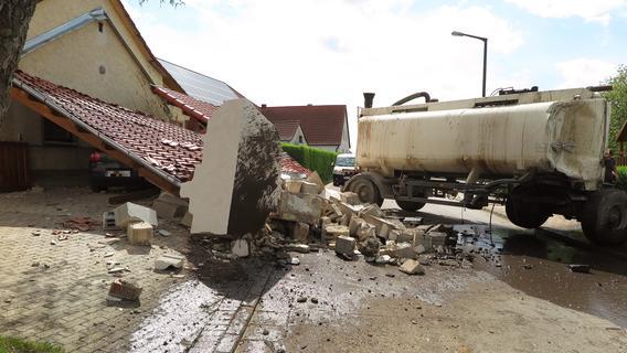 Sauerei in Döckingen: Gülleanhänger rammt Carport