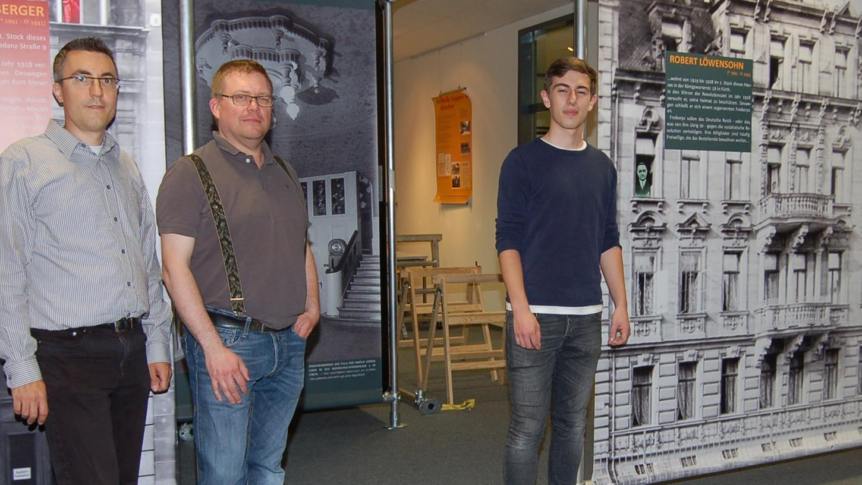 Die beiden Lehrer Jürgen Rother (links) und René Hurtienne sprechen Simon Rötsch (rechts) großes Lob aus: Der 17-Jährige arbeite wie ein professioneller Historiker.