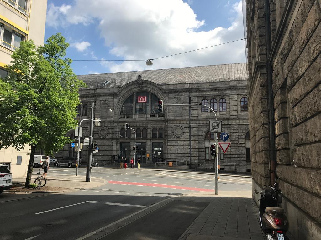 Motiv: Hauptbahnhof Nürnberg Außenansicht Fassade Zug Eisenbahn Herzlich willkommen Eingang Tür Fahrplan Portal Regionalbahn Regionalexpress Gleis Schienen Spiegelung Schaufenster