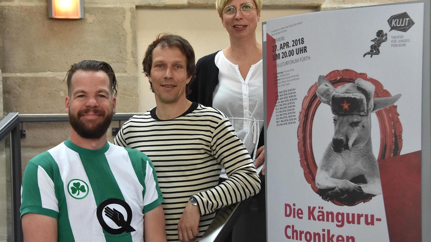 Regisseur Thomas Stang, Bühnenchef Andreas Braun (li.) und Kostümfrau Anke Kreuzer-Scharnagl freuen sich auf die Premiere.