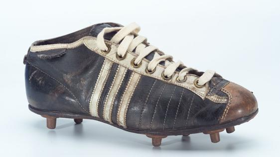 Mit diesem Schuh schrieben die Brüder Geschichte: Der Schraubstollen-Fußballschuh von 1954. Beide brachten den Schraubstollenschuh zur Serienreife.