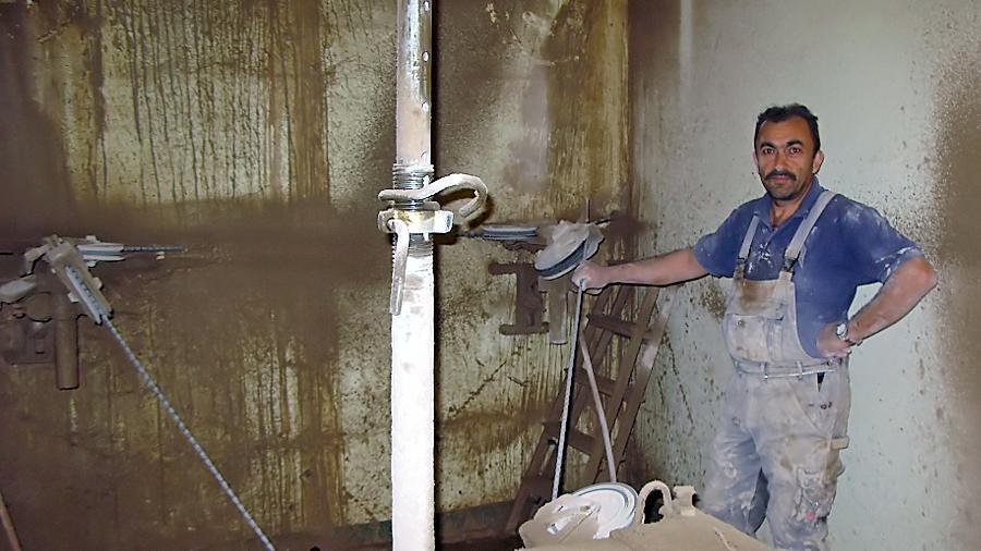 Bauleiter Kadir Sal hat die diamantbeschichtete Seilsäge durch Bohrlöcher in der Bunkerwand geführt und schneidet eine Fensteröffnung in den massiven Betonmantel. Nach getaner Arbeit fällt erstmals das Tageslicht in den ehemals finsteren Zufluchtsort.