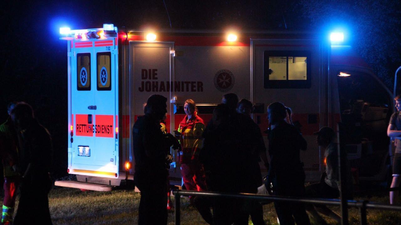 Der Rettungswagen der alarmierten Johanniter wurde bei der Auseinandersetzung beschädigt.