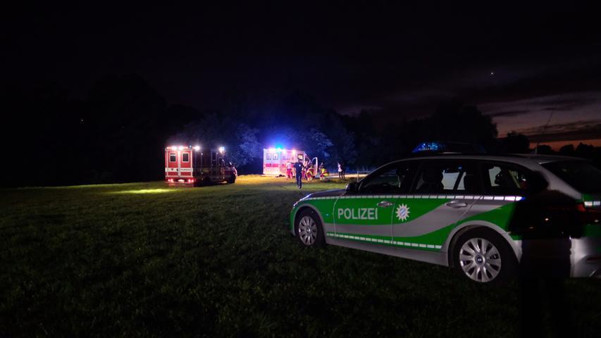 Nach derzeitigen Informationen wurde die Nürnberger Polizei am Freitagabend (27.04.2018) von Kräften des Rettungsdienstes um Unterstützung gebeten. Bei einem Einsatzgeschehen auf den Wiesen im Pegnitzgrund unter der Theodor-Heuss-Brücke kam es zu einem Angriff auf die Rettungskräfte. Was genau passierte, ist derzeit noch nicht bekannt.. . Weitere Informationen folgen! Foto: NEWS5 / Grundmann Weitere Informationen... https://www.news5.de/news/news/read/13160