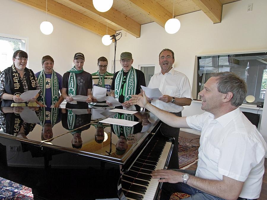 Singen fürs Kleeblatt: SpVgg-Fans gaben gestern Abend dem neuen Vereinslied den letzten Schliff.