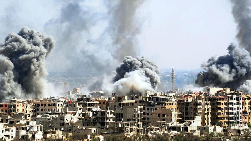 Rauch steigt nach dem Einschlag von Raketen der syrischen Armee über Duma auf. Solche Bilder sind zweifelsohne authentisch. Doch wenn es um Propaganda geht, werden sie auch gerne
