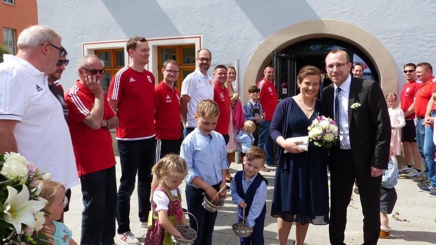 Auf dem Platz vor dem Freystädter Rathaus wimmelte es von Gratulanten, die auf das Brautpaar Anna Marie Ziegler aus Marktheidenfeld und Stefan Lange aus Freystadt warteten. Nach der Trauung durch den Standesbeamten Martin Harrer formierten sich die Mannschaft der