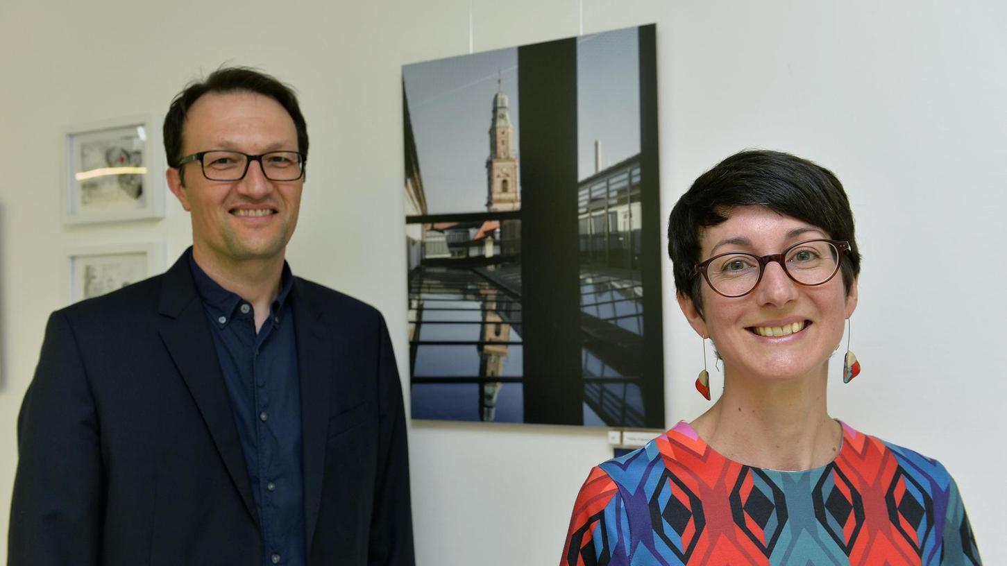 Virginie Pommel hat während der Leukämie-Behandlung ihres Sohnes in der Onkologie der Kinderklinik Fotos gemacht, auf denen immer auch der Stadtwerke-Kamin zu sehen ist. Professor Dr. Markus Metzler hat nun die Ausstellung an die Klinik geholt.