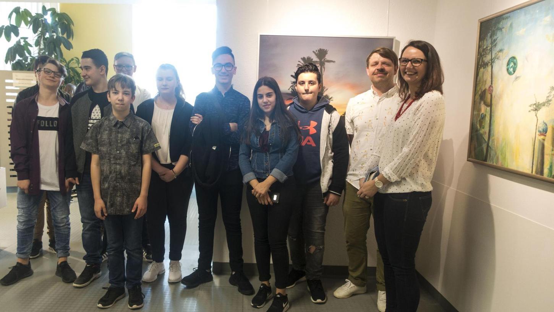 Zum Spektrum der neuen Schau haben auch diese jungen Künstler aus der Fürther Mittelschule Schwabacher Straße mit ihren Lehrkräften beigetragen.