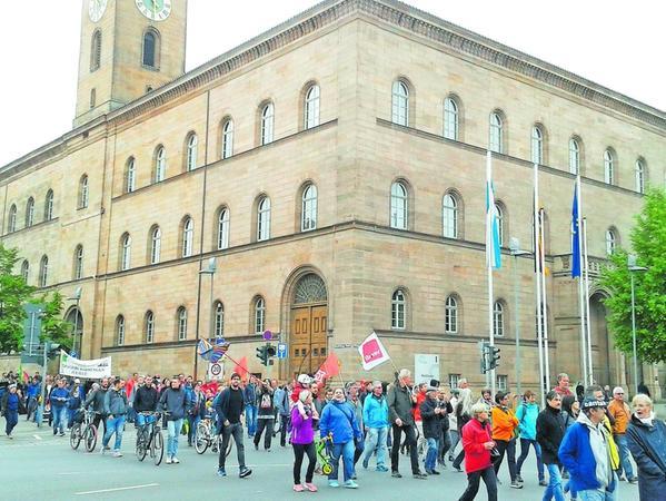 Am Rathaus vorbei ziehen die rund 500 Teilnehmer der Maidemonstration zur Kundgebung am Grünen Markt. Am Kulturforum versammeln sich indes etwa 50 Pegida Anhänger – von der Polizei hermetisch abgeriegelt.