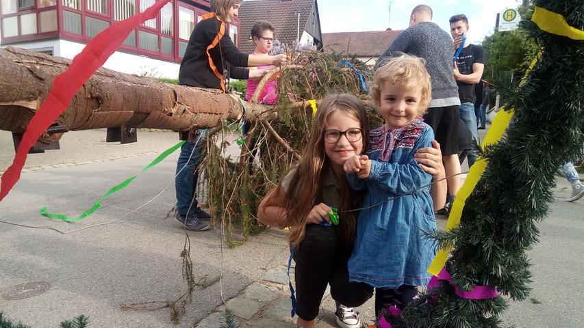 Bevor der Baum in Unterwurmbach aufgestellt wird, steht schmücken auf dem Programm. Da halfen alle Generationen gerne mit.