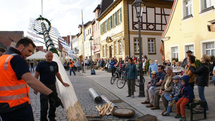 Mit Stangen müssen sich die Maibaumaufstellern in Gunzenhausen nicht plagen, hier kommt der Autokran zum Einsatz.