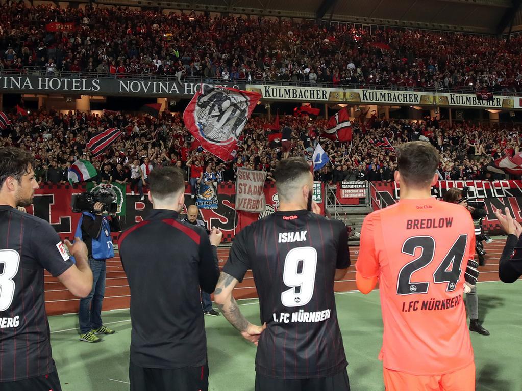 30.04.2018 --- Fussball --- Saison 2017 2018 --- 2. Fussball - Bundesliga --- 32. Spieltag: 1. FC Nürnberg Nuernberg FCN ( Club ) - BTSV Eintracht Braunschweig ( Löwen ) --- Foto: Sport-/Pressefoto Wolfgang Zink / DaMa --- ....Freude Jubel nach Spielende - Mannschaft / Team des FCN feiert jubelt Clubfan / Clubfans / FCN-Fans / Fans zu - Jubelkette / Jubelwelle