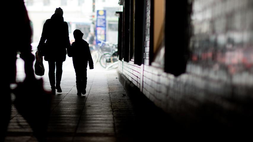 Getrennt lebende Eltern dürfen ihre minderjährigen Kinder auch nach 22Uhr besuchen. Die Corona-Maßnahmen greifen hier nicht ein.