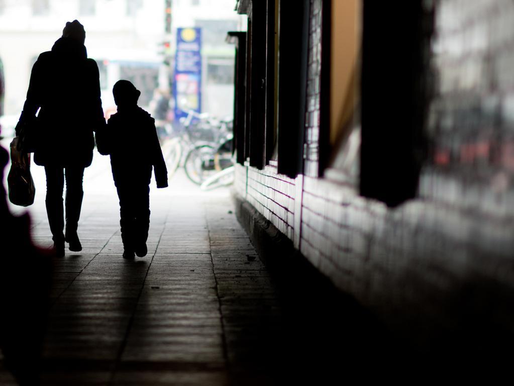 ARCHIV - ILLUSTRATION- Eine Frau geht mit einem kleinen Kind am 20.02.2013 durch einen Tunnel am Hauptbahnhof in Hannover (Niedersachsen). Der Streit von sich trennenden Elternpaaren um das Umgangsrecht mit ihren Kindern wird nach Beobachtung von Experten zunehmend schärfer ausgetragen. (zu dpa