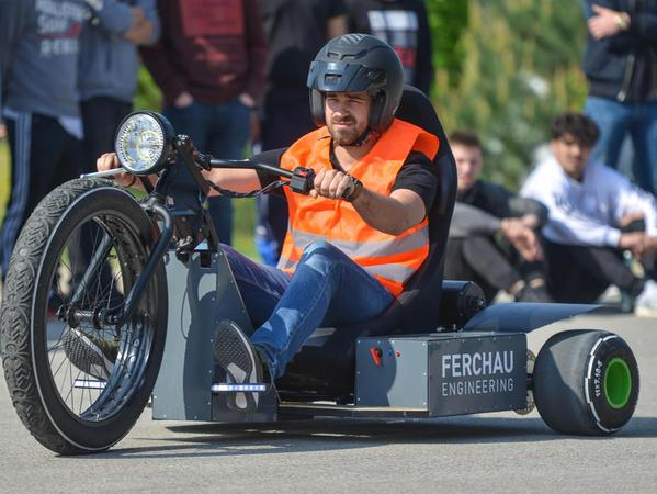 """Die """"Black Widow"""" des Teams """"FMS Performance"""" präsentierte sich statt mit vier Rädern nur mit dreien: zwei hinten und ein großes vorn."""