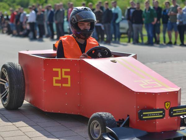 """Das knallrote Dragster-Design des Teams """"Electrik Car Engineering"""" ist eindeutig von Ferrari inspiriert, was nicht zuletzt auch das Logo suggeriert."""
