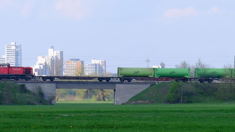 Der Müllzug fährt auf der Aurachtal-Strecke Richtung Umladestation. Er taugt freilich nicht als Beispiel für eine mögliche Reaktivierung der alten Eisenbahnstrecke.