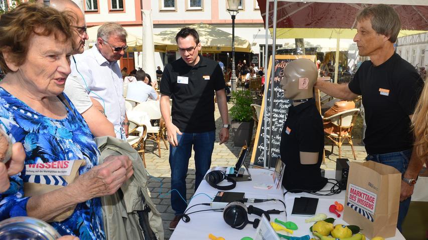 """Der """"Markttag des Wissens"""" auf Markt- und Schlossplatz ist ein echter Magnet gewesen für Menschen jeden Alters. FAU-Wissenschaftler standen an ihren Ständen ihre Forschung vor und standen den Bürgern Rede und Antwort. .Foto: Klaus-Dieter Schreiter"""