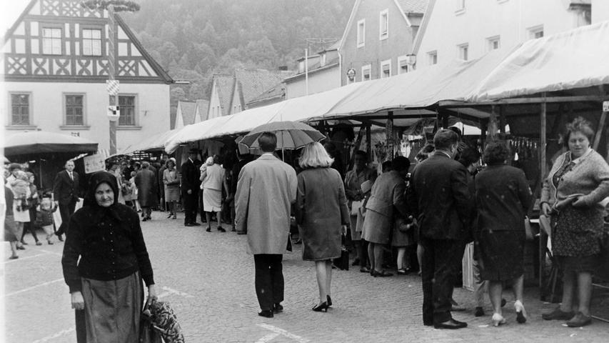 Die Pegnitzer Marktsonntage haben eine jahrhundertelange Tradition, wie auch unsere 50 Jahre alten Bilder aus dem NN-Bildarchiv beweisen. Daran ändern auch Bemühungen der Gewerkschaft Ver.di nichts, die jetzt anhand einer Umfrage mit 172 (!) Teilnehmern die überregionale Bedeutung des verkaufsoffenen Sonntags anzweifelt und somit die parallele Öffnung der ortsansässigen Geschäfte verhindern will. Der Maimarkt 2018 jedenfalls läuft noch wie gewohnt ab und so werden wieder Tausende aus dem weiten Umland nach Pegnitz pilgern, um sich hier mit Gebrauchsgegenständen für den Haushalt einzudecken oder aber, um ganz einfach viele Bekannte zu treffen.