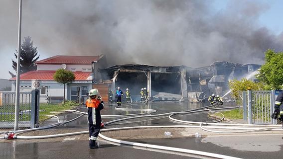Großeinsatz in Wilhelmsdorf: Zimmerei stand komplett in Flammen