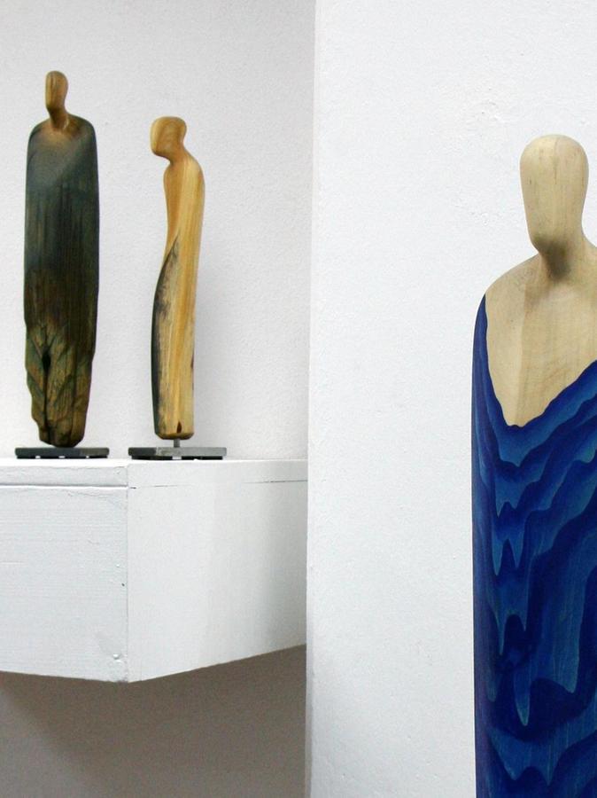 Einige der behutsam entlang der Holzmaserung gearbeiteten Figuren des Künstlers, die noch bis 20. Mai im M 11 zu sehen sind.