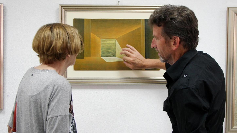 Bereitwillig beantwortete Hans Pattis bei der Vernissage zur Ausstellung des Kunstforums Fränkisches Seenland im M 11 Fragen zu seinem Werk.