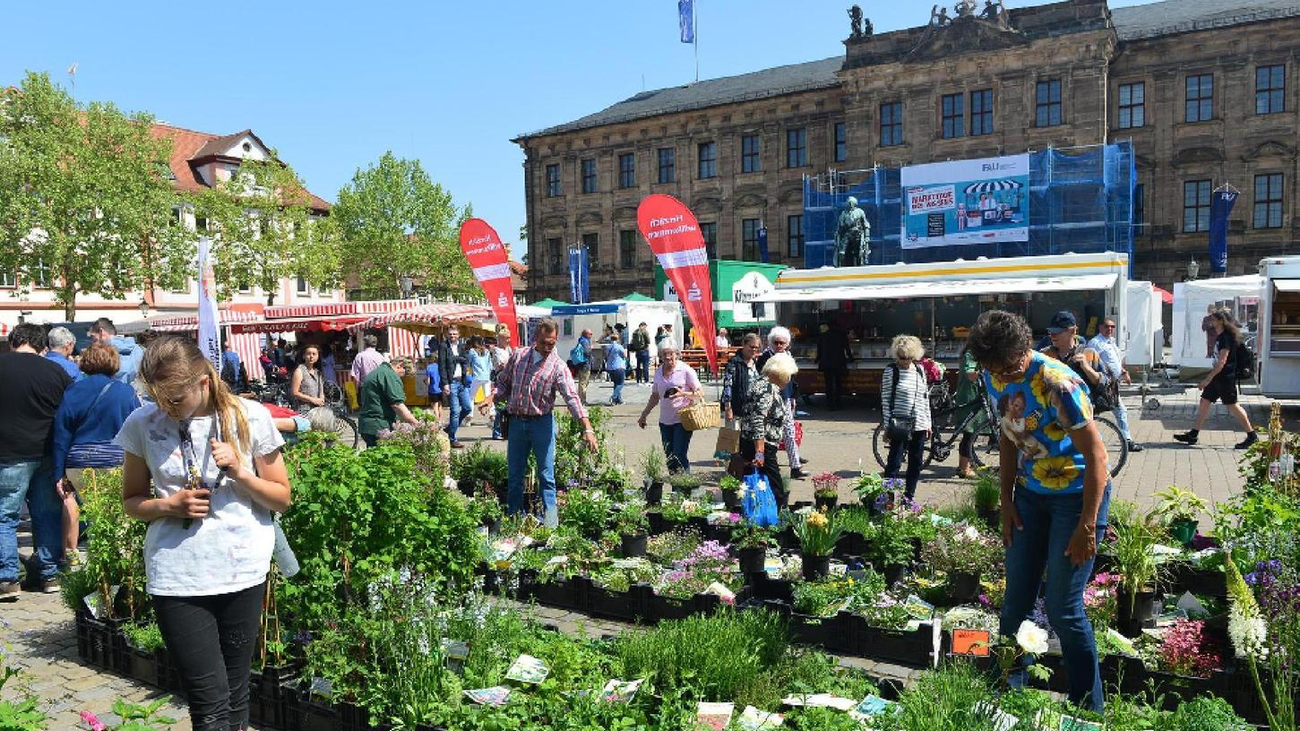"""Der """"Markttag des Wissens"""" auf dem Erlanger Markt- und Schlossplatz zum 275-jährigem Bestehen der Uni war ein echter Besuchermagnet gewesen für Menschen jeden Alters."""