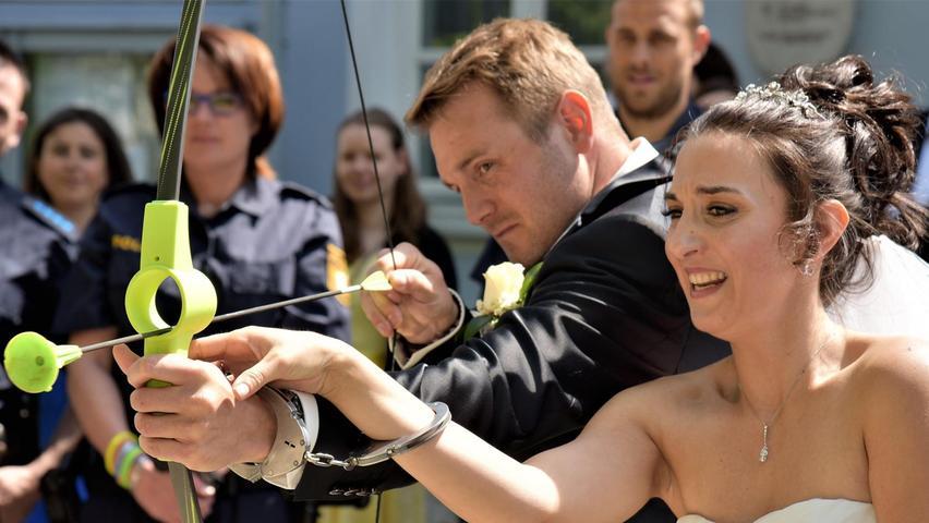 Erst traf Amors Pfeil in die Herzen von Michaela Pachale und Thomas Ferstl. Nach der Trauung versuchten sie sich selbst im Bogenschießen – mit Handschellen aneinander gekettet. In einer knapp einstündigen Zeremonie hatte Bürgermeister Alois Scherer die 32-jährige Braut und den 31-jährigen Bräutigam zuvor im großen Saal des Deiniger Rathauses verheiratet. Kennengelernt hat sich das Paar einst über den gemeinsamen Freundeskreis.  Seit vier Jahren kennen sich die aus Deining stammende Journalistin und der Mittersthaler Polizeibeamte inzwischen näher. Nach der Trauung in Deining standen 13 Kollegen des Bräutigams vor dem Rathaus Spalier und wünschten dem Paar viel Glück für den gemeinsamen Lebensweg. Nach einem Sekt-Empfang zog die Hochzeitsgesellschaft zur Feier in einen Gasthof. Die gemeinsame Wohnung des Paares liegt in Neumarkt und die Flitterwochen sollen in die USA und nach Kanada führen.